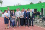 ©SoRI - Een aantal bestuursleden van atletiekclub Vita en stadsbestuur bij het nieuwe clubhuis